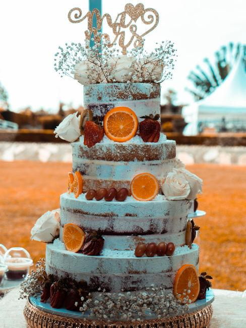torta nuziale decorata con arancie e frutta fresca