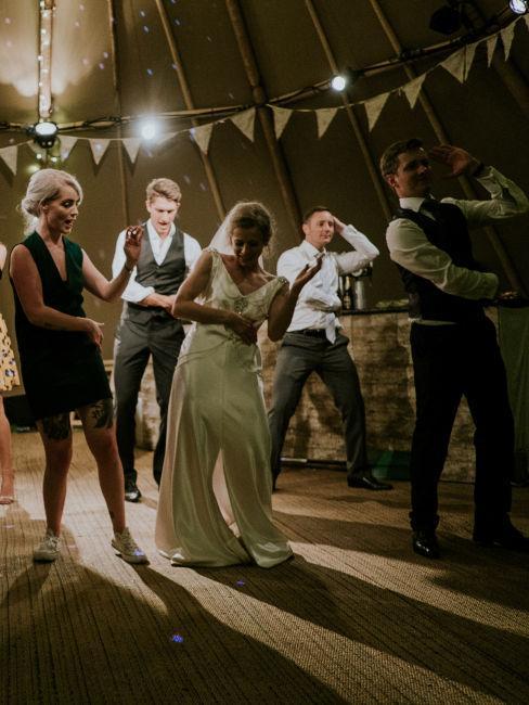 sposi che ballano con gli invitati