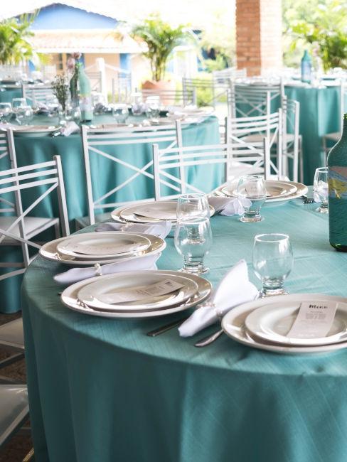 tovaglia color verde tiffany con piatti bianchi