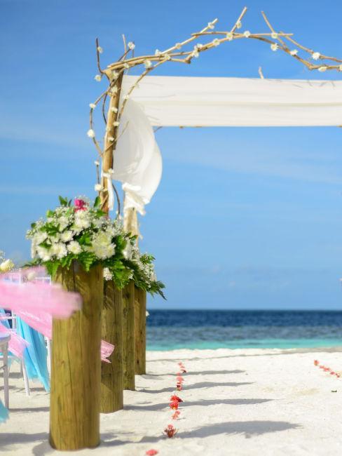 matrimonio in spiaggia con arco