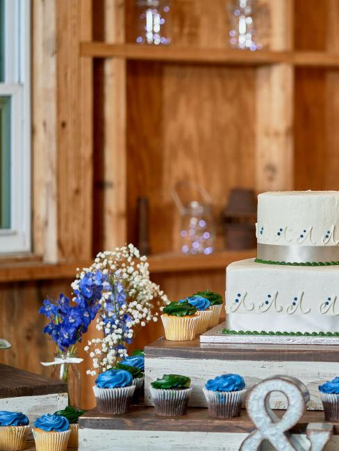 torta nuziale bianca e azzurra