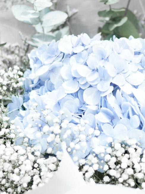 centrotavola con orchidee azzurre e fiori bianchi