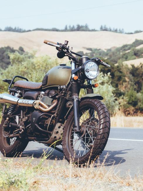 moto d'epoca a fianco di una strada in campagna