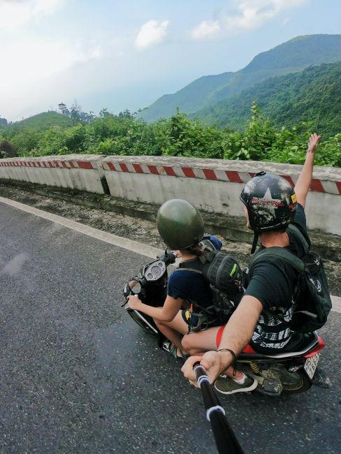 due ragazzi che viaggiano in moto