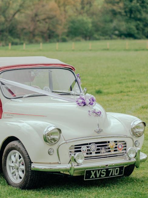 auto d'epoca con fiocco per matrimonio