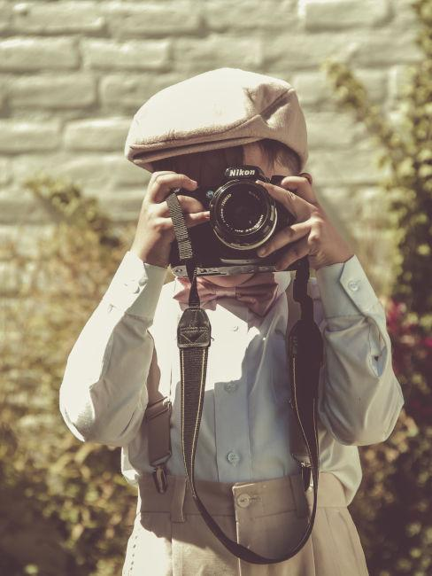 bambino vestito anni 60 macchina fotografica