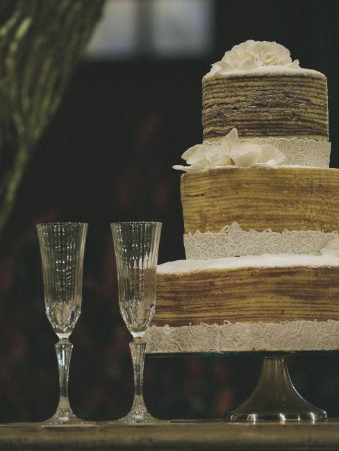 torta nuziale con calici per brindisi