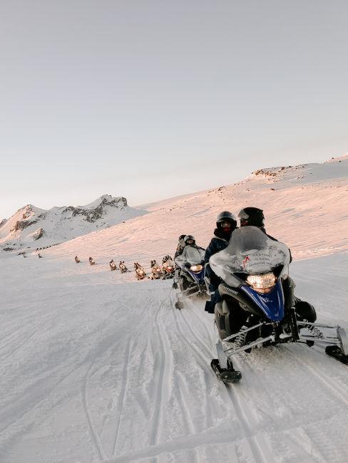 gruppo di persone in motoslitta