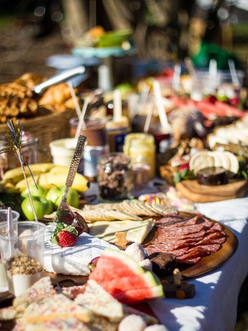 buffet di prodotti tipici come formaggi e salumi