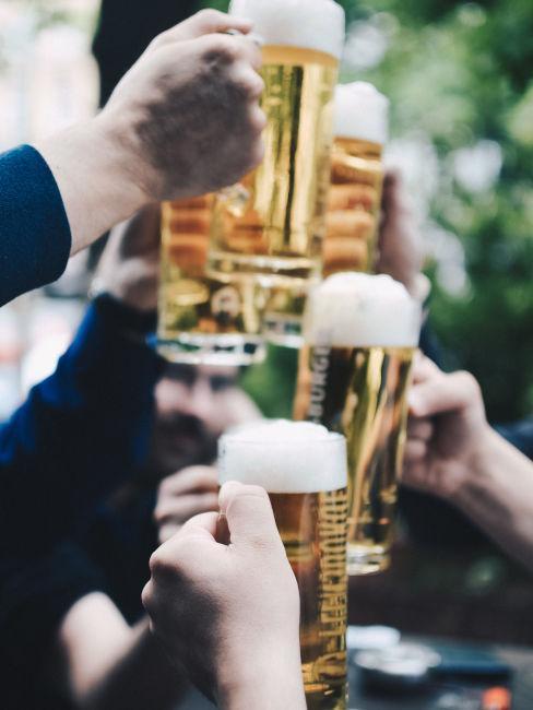 persone che brindano con la birra