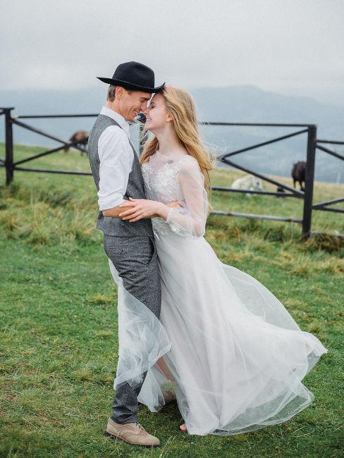 coppia di sposi in un campo in montanga
