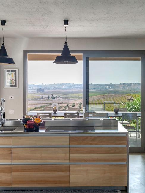 Cucina moderna con finestra panoramica