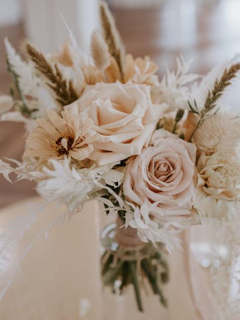 vaso con fiori freschi e spighe di grano
