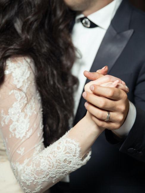 mano di sposi intrecciate