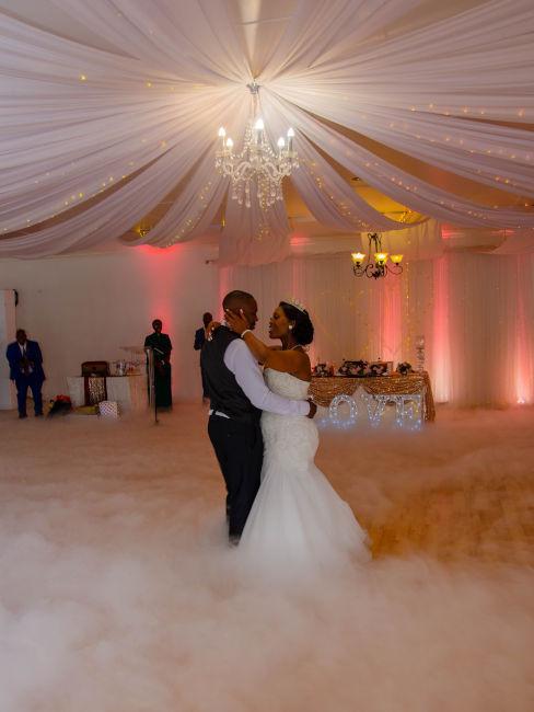 sposi che ballano in sala con fumo