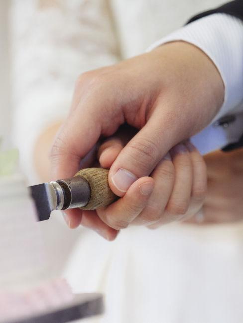 coppia di sposi che taglia la torta