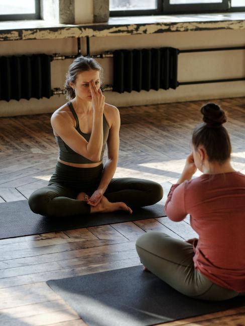 maestra di yoga con alunna