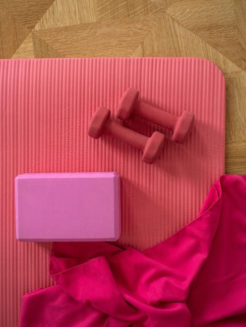 tappettino con un blocco, due pesi e una coperta