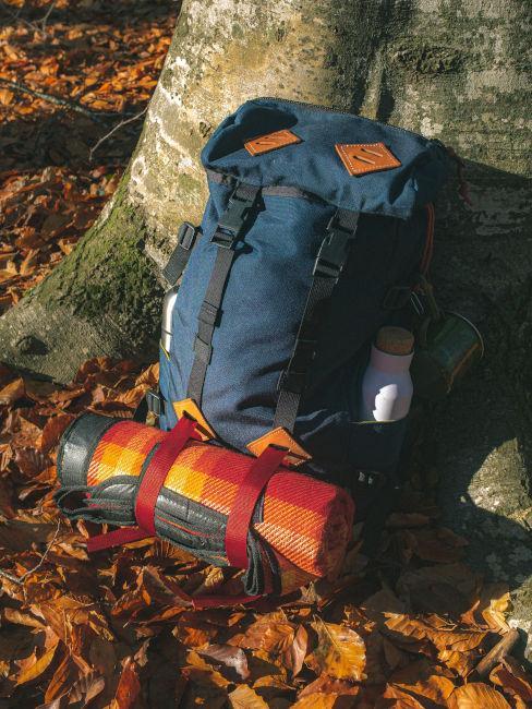 zaino da trekking con sacco-letto e borraccia