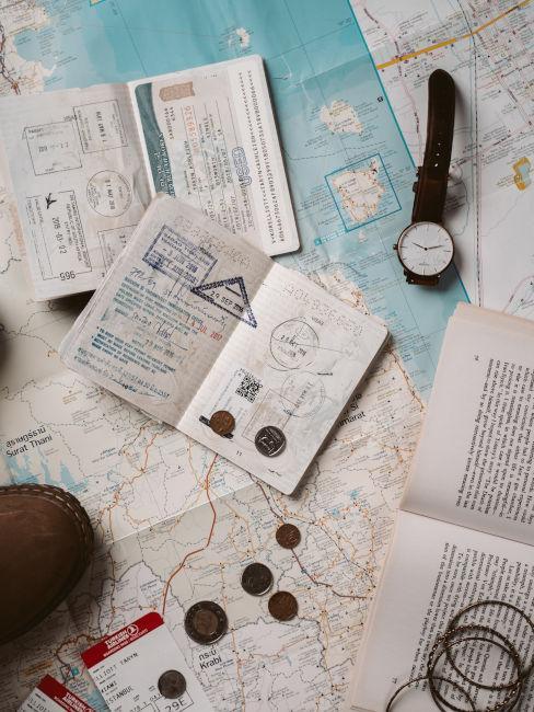 mappa, orologio e documenti di viaggio