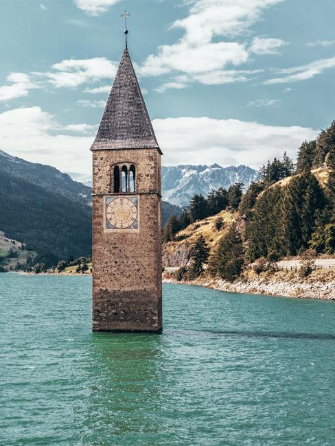 torre immersa in un lago