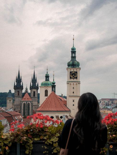 ragazza che guarda la vista sul castello di Praga