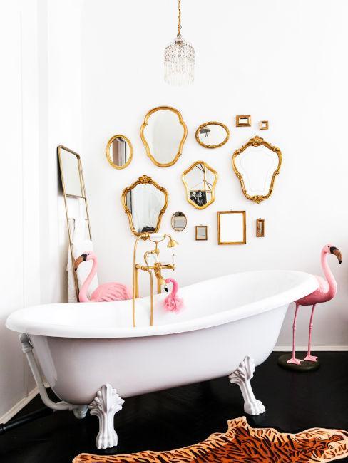 vasca da bagno con piedini e specchi decorativi dorati