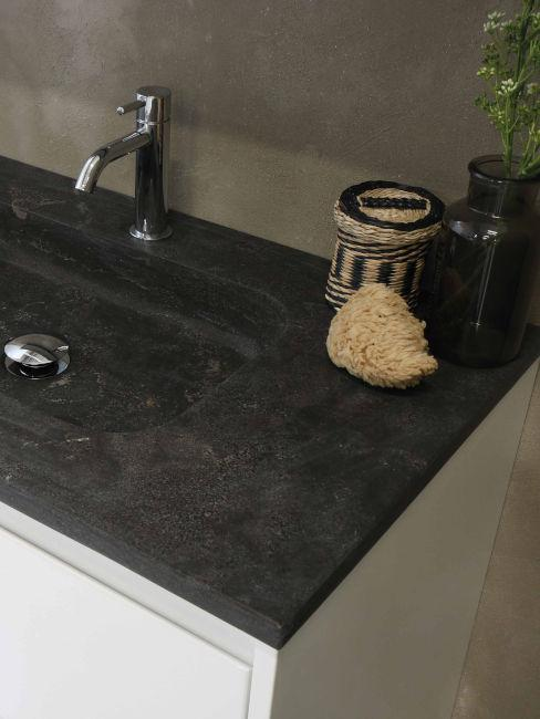 lavabo moderno con superficie in pietra scura