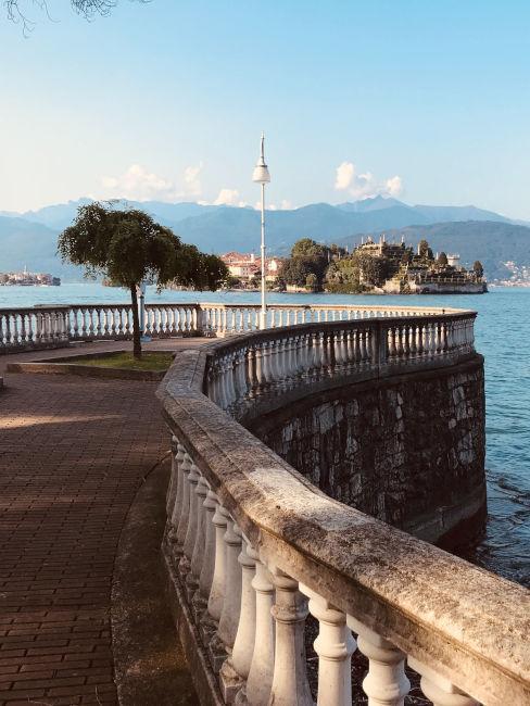 Balcone panoramico a stresa con vista sull'isola bella