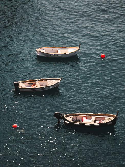tre barchette nel mare