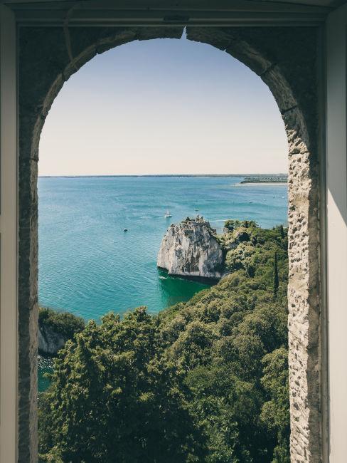 vista da una finestra ad arco sul mare ligure
