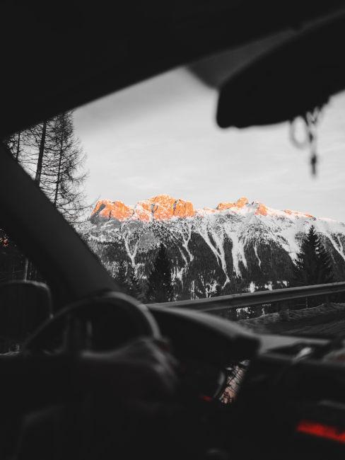 visuale sulle montagne dalla macchina