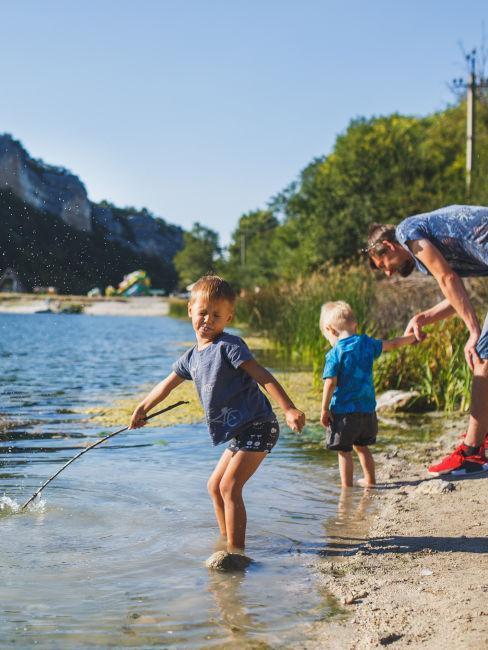 due bambini che giocano in un fiume