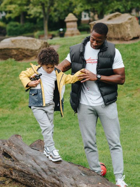 papà e figlio che giocano nella natura