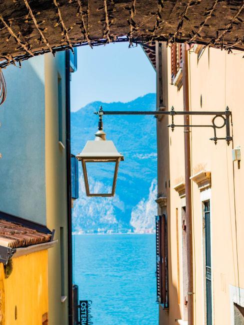 Vista sul lago di Garda con Lanterna in primo piano