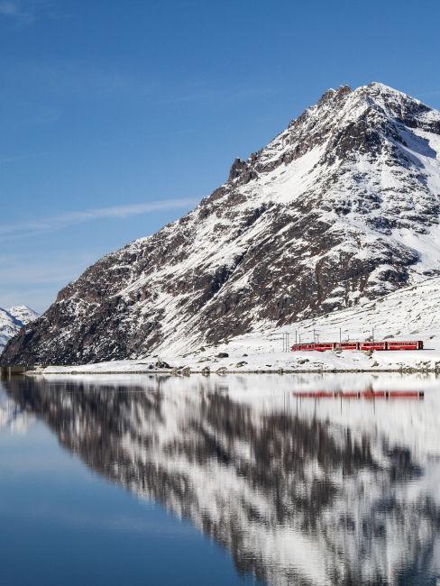 Trenino rosso del Bernina in montagna con la neve