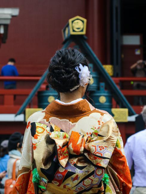 ragazza vista da dietro con kimono colorato