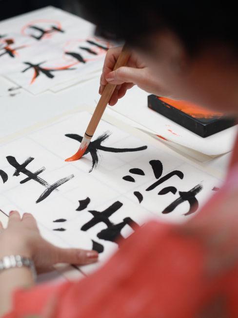 ragazza che scrive con caratteri giapponesi