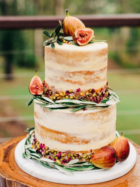torta nuziale decorata con fichi