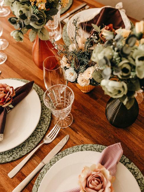 tavola legno apparecchiata con fiori