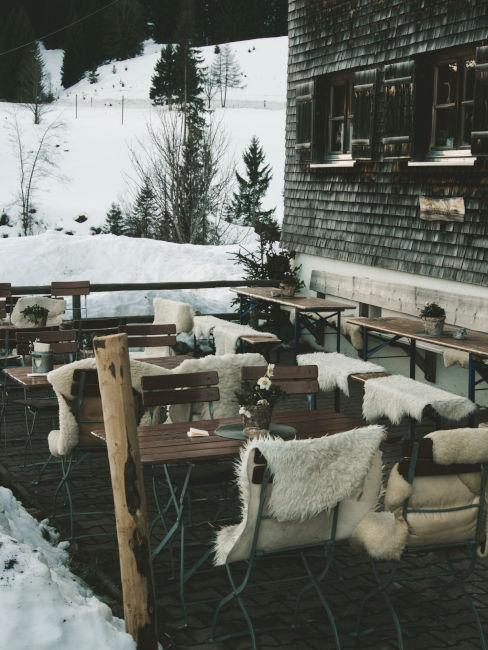 location invernale con sedie e pellice