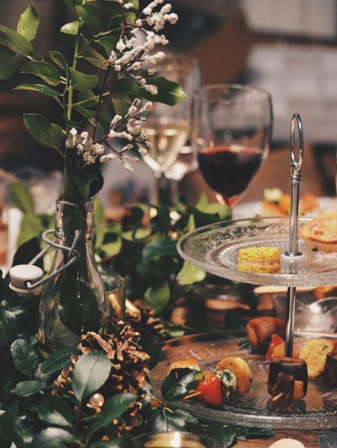 buffet con alzatina in vetro e decorazioni floreali