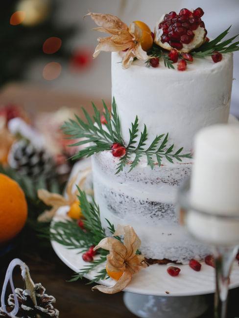 torta nuziale invernale bianca con vischio