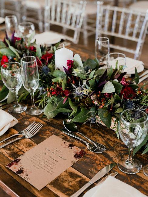 tavolo di legno con decorazioni floreali e candele