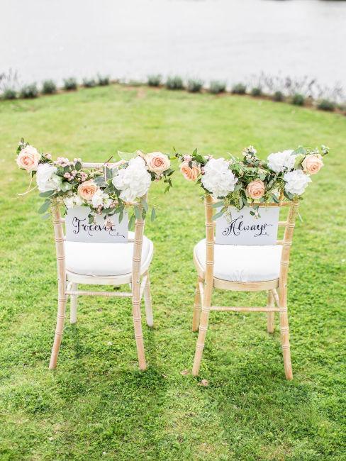 sedie sposi con decorazioni floreali