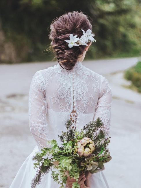 sposa con bouquet in mano