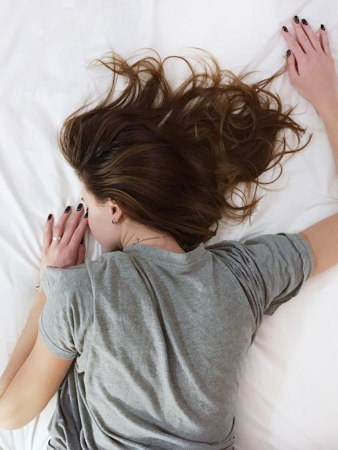 ragazza che non riesce a dormire a causa dello stress