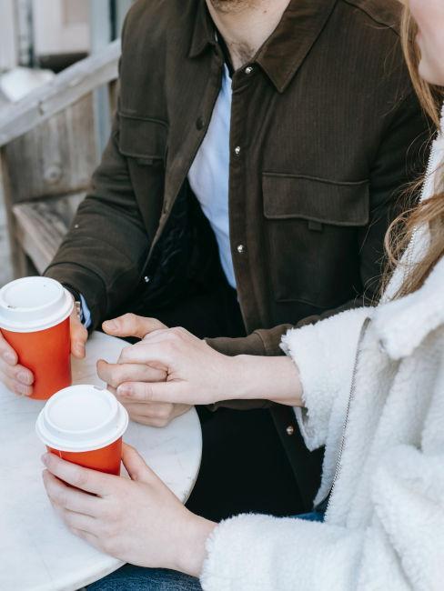 coppia che si stringe la mano