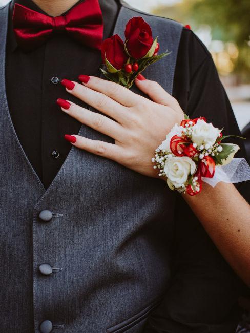 mano sposa con unghie rosse