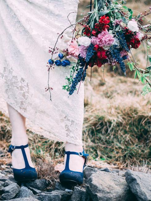 sposa con scarpe nere